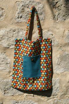 Tote Bag / Sac de course en coton bio à fleurs retro multicolores, poche en lin bleu canard, bouton en coco