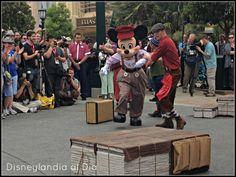 Red Car News Boys ofrece diversión para toda la familia - #Disneylandia al Día™ Disney California Adventure, Musical, Sumo, Wrestling, Disneyland, Parks, Lucha Libre
