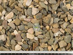 Japanse split is een edelsplit met een mooie natuurlijke uitstraling. Deze splitsoort is door zijn kleur in het bijzonder geschikt voor Oosterse tuinen. Japanse split wordt gewonnen in groeves en daaraan dankt het zijn hoekige vormen. Hierdoor zal siersplit ook minder verrollen dan grind in uw grind oprit of grindpad.