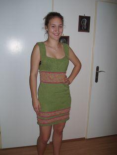 zelené šaty  ručně pletené šaty vel. od 38-42/44 délka v klidu od ramínek 87 cm šířka přes prsa2x 40 cm pas 2x38cm boky 2x40 cm velice pružné,přizpůsobí se postavě lze užít jako plážové šaty,těhotenské,společenské,s tričkem i bez 100% akryl-zelená ,růžová příze velice efektní příze v barvě zlato- béžové s růžovými nopky v barvě proužků velice ...