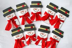 ~ snowman candy bar wrappers ~ link to free pattern ~ Christmas Candy Bar, Christmas Treats, Christmas Holidays, Christmas Decorations, Xmas, Christmas Ornaments, Candy Bar Wrappers, Candy Bouquet, Snowman Crafts