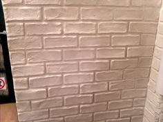 Creating a faux brick wall video. (Not in English but pretty self explanatory. Fake Brick Wall, Faux Brick, Brick And Stone, Brick Walls, Diy Projects To Try, Home Projects, Faux Fireplace, Diy Home Improvement, Diy Wall