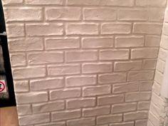 Creating a faux brick wall video. (Not in English but pretty self explanatory. Fake Brick Wall, White Brick Walls, Faux Brick, Brick And Stone, Faux Fireplace, Diy Home Improvement, Diy Wall, Wall Art, Home Deco