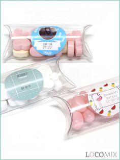 Mini Pillow Box doop bedankjes zijn de perfecte Doopsuiker traktatie. Deze transparante boxjes worden gevuld met het doopsuiker snoepgoed van jullie keuze! Met de gepersonaliseerde sticker op de voorkant, in jullie favoriete ontwerp, zijn deze originele doopsuiker bedankjes helemaal af!