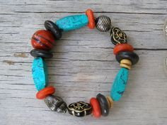 Rich colorful bracelet that comes from all over the world, combining east and west, earth, water and air, rich and enchanting    It is made