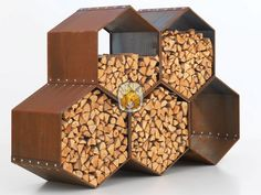 Harrie Leenders Woodbee | tuinhaardenwinkel.nl Door de honingraat structuur is deze aparte houtopslag een sieraad in uw tuin.