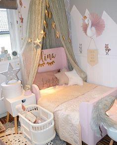quarto infantil fofo e lúdico, com cabaninha na cama e criado mudo com pé palito
