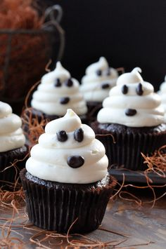 ADORABLE Halloween Ghost Cupcakes. Fast and easy Halloween cupcakes recipe.  http://thecupcakedailyblog.com/halloween-cupcakes/