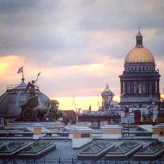 Lovely #rooftop view of the #generalstaff building in #palacesquare #stpetersburgrussia and the dome of #stissacscathedral - the 4th largest single-domed cathedral in the world!  #travel #russia #russianblog #traveltorussia #travelblog #travellifestyle #kempinskihotel #MoikaRiver #imperialrussia #luxuryhotels #rooftopbarsoftheworld #rooftops