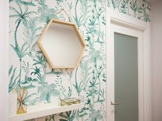 Entrada con papel pintado vegetal Love Home, Living Room Decor, Salons, Sweet Home, Shelves, House Design, Interior Design, Frame, Painting
