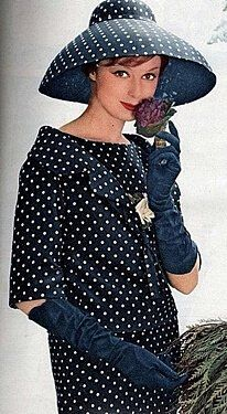 Dior 1959 Navy and white polka dot dress Fifties Fashion, Retro Fashion, Vintage Fashion, 1950s Fashion Women, Club Fashion, French Fashion, Victorian Fashion, Christian Dior, Moda Vintage