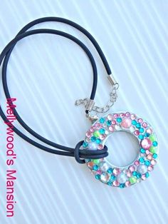 Rhinestone Pendant so sparkly and pretty! Use glitter nail polish or spray paint washers. Add self-stick bling stickers from the dollar tree! Kids Jewelry, Resin Jewelry, Jewelry Crafts, Beaded Jewelry, Jewelry Accessories, Jewelry Design, Jewelry Making, Jewlery, Pendant Jewelry