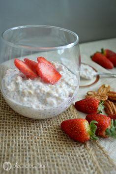 Avena fresas con crema www.pizcadesabor.com Breakfast Desayunos, Snacks Saludables, Deli, Panna Cotta, Healthy Recipes, Healthy Food, Strawberry, Pudding, Fruit