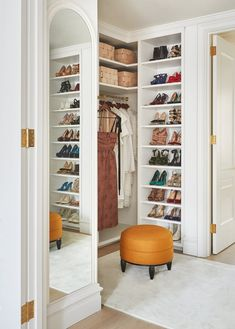 Loop in de kast in The Brooklyn Townhouse of Eyeswoon Oprichter Athena Calderone - The Nordroom Architectural Digest, Designers Guild, Brooklyn, The Curated Closet, Elizabeth Roberts, Suite Principal, Decoration Chic, Home Improvement Loans, Bedroom Wardrobe