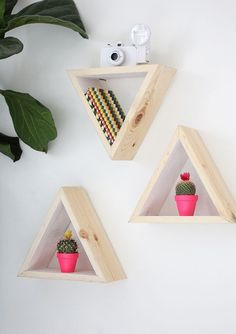 DIY Wall Shelf Triangular Wooden Shelves Flower Pots Flowers Plant Staples Photo Frame - The Home Decor Trends Home Decor Bedroom, Diy Room Decor, Wall Decor, Diy Casa, Diy Wall Shelves, Wooden Shelves, Hanging Shelves, Kitchen Shelves, Ideias Diy