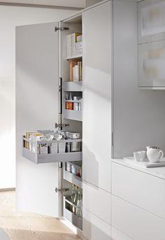 Blum voorraadkast keuken met handige indeling Legrabox - moderne apothekerskast