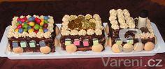 Piškotový dort s čokoládou a krémem pro každého milovníka mašinek.