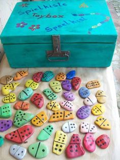domino amb pedres pintades