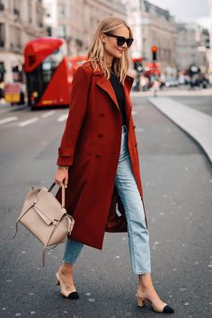 Blonde Woman Wearing Red Trench Coat Black Top Relaxed Jeans Outfit Chanel Slingbacks Celine Mini Be Burberry Trenchcoat, Mantel Trenchcoat, Burberry Outfit, Red Trench Coat, Trench Coat Outfit, Red Coat Outfit, Winter Trench Coat, Estilo Blogger, Fashion Blogger Style