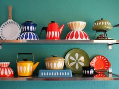 Bright and colourful California apartment full of retro and vintage furniture and wares. I love Vintage! Vintage Enamelware, Vintage Kitchenware, Vintage Pyrex, Table Vintage, Vintage Dishes, Vintage Plates, Mid-century Modern, Modern Design, Nordic Design