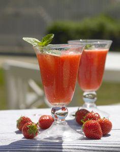 Campari og juice er en klassiker, og den bliver endnu bedre og mere sommerlig med lidt jordbærpuré