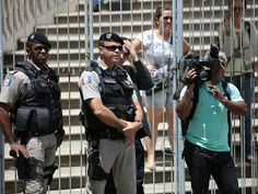 Equipe da TV Gazeta de Alagoas, afiliada Rede Globo, foi hostilizada durante protesto pró-governo; a PM precisou intervir para garantir a segurança dos jornalistas (Foto: Jonathan Lins/G1)