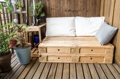 wooden pallet couch on balcony Garden Furniture Sets, Pallet Furniture, Furniture Making, Banquette Palette, Balcony Chairs, Deck Seating, Outside Room, Pallet Couch, Deco Originale