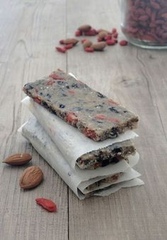 While browsing the last Sat 'info, I immediately fell for this recipe from Clea. These bars with chia seeds and almonds have … Source by andreamartindeb Raw Food Recipes, Snack Recipes, Dessert Recipes, Healthy Recipes, Barre Energie, Paleo Diet, Keto, Healthy Breakfast Snacks, Chia Recipe