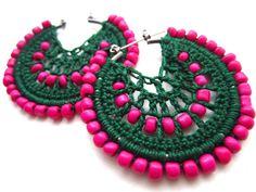 Crocheted hoops and pink beads Crochet Earrings Pattern, Bead Crochet, Crochet Patterns For Beginners, How To Make Earrings, I Love Jewelry, Crochet Accessories, Beautiful Crochet, Crochet Clothes, Earrings Handmade