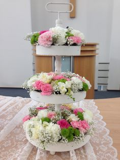 Etagere mit Blumen gefüllt