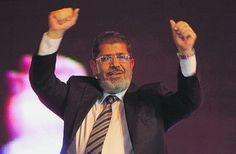 Los egipcios celebraron ayer la adjudicación del triunfo presidencial de Mohammed Morsi, de Los Hermanos Musulmanes, sobre Ahmed Shafiq, último primer ministro del régimen de Hosni Mubarak. Ver más en: http://www.elpopular.com.ec/55120-morsi-gana-en-egipto.html?preview=true