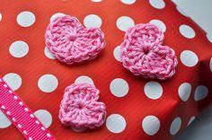 Hip met Haken: Cadeautjes inpakken / wrapping presents, decorated with crochet hearts.