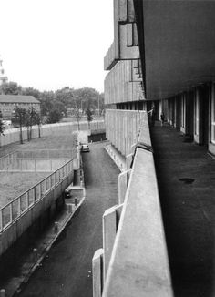 Robin Hood Gardens, Poplar, London, 1967-72 (Alison & Peter Smithson) Concrete Architecture, London Architecture, Modern Architecture, Alison And Peter Smithson, Social Housing, Space Time, Old London, City Buildings, Brutalist