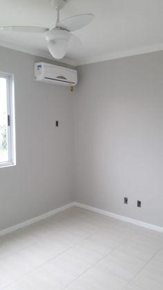 Tinta cinza crômio acetinado da suvinil nas paredes. No rodapé, Branco acetinado suvinil.