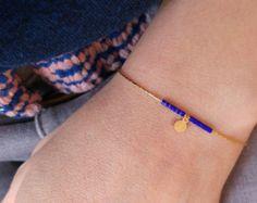 Ces boucles doreilles sont composées de perles très fines (perles japonaises miyuki) enfilées sur une chaîne serpentine en laiton doré, petite pastille doré en finition. Montures dormeuses en laiton doré. longueur du pendentif : 5cm  Cette collection peut également être réalisée en argenté, vous pouvez selectionner la finition doré ou argenté dans les options.   Nhesitez pas à demander un paquet cadeau (ouvert ou fermé) dans les commentaires lors de votre commande.