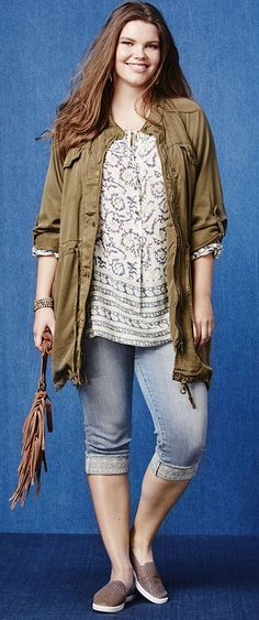 Your festival look, found! A peasant top, jeans and a slouchy anorak jacket make your boho dreams come true. Don't forget the perfect finishing touch: a cool, fringe bag!