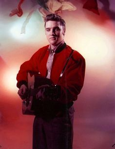 Elvis Taken by David B Hecht. Plus the colonel never paid him for the photo shoot. Elvis Presley Born, Elvis Presley Photos, Elvis Guitar, New York Photographers, Memphis Tennessee, Raining Men, Graceland, Most Beautiful Man, My King