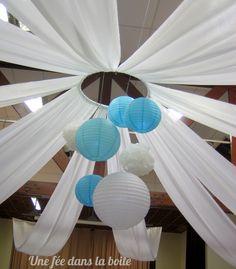 Mariage turquoise et blanc Pour égayer le plafond, de jolies tentures blanches et des boules en papier turquoises et blanches...