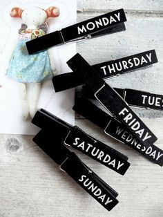 Great idea for meal planning, put a magnet on the back, hang on fridge, and have recipe cards with meals/ingredients/recipe. This way you'll always have ideas for lunches and dinner! Could also use these pegs for reminders! Wooden Crafts, Diy And Crafts, Crafts For Kids, Coin Couture, Spring Projects, Craft Projects, Craft Ideas, Diy Chalkboard, Chalk Markers