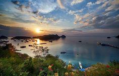 Érase una vez un lugar llamado Labuan Bajo #paisaje #seascape #flores #flowers #mar #sea #atardecer #sunset #nubes #clouds #barcos #boats #bahia #bay #indonesia #labuan #bajo // Fot.: H. Pieters