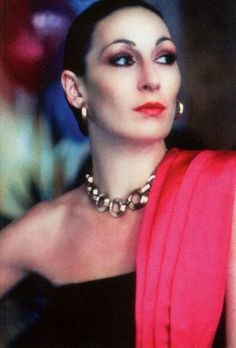 Mae Rose Prizzi (Anjelica Huston): fashion icon