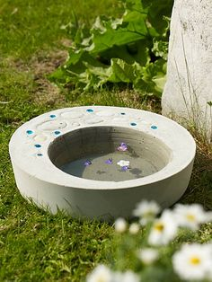 beautiful Concrete Bird Bath DIY - Sanna & Sania (in Swedish) Concrete Crafts, Concrete Art, Concrete Projects, Concrete Garden, Outdoor Projects, Outdoor Decor, Unique Gardens, Small Gardens, Outdoor Gardens