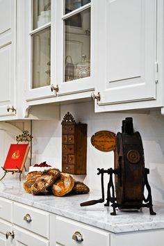 Vid tiden kring Sekelskiftet 1900 var köken inte helt lika de kök vi har idag. De välbärgade hade stora arbetskök med personal där de boende sällan satte sin fot, och i de mindre bemedlade hemmen bestod köken av det nödvändiga; …