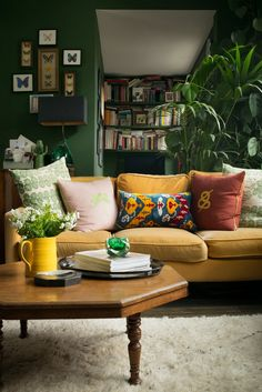 47 Inexpensive Green Living Room Décor Ideas To Try Today - The choice of colour scheme for the living room is more likely to relate to how the room is used than to other criteria. If the room is large and comb. Design Living Room, Living Room Green, Boho Living Room, Green Rooms, Home And Living, Living Spaces, Green Walls, Retro Living Rooms, Cozy Living