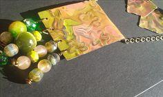 Collana e orecchini con incisione e patinatura sfumata nei toni del verde, colore autunnale, con pietre dure che richiamano i colori della patinatura