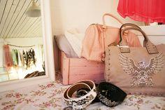 Kan man ha för många väskor? Vi tror inte det. Våra priser tillåter dig att ha så många du orkar.