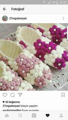 Pin by Gabriela Vazzola on Ganchillo Crochet Clutch Bags, Crochet Shoes, Crochet Purses, Crochet Slippers, Cute Crochet, Crochet Crafts, Crochet Clothes, Crochet Slipper Pattern, Crochet Patterns