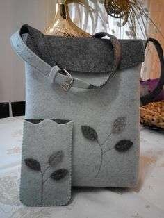 For those who want to make felt bags .- Keçeden çanta yapmak isteyenlere… For those who want to make felt bags … - Felt Diy, Felt Crafts, Felt Purse, Felt Bags, Purse Patterns, Fabric Bags, Handmade Bags, Beautiful Bags, Bag Making