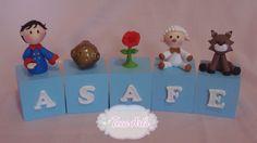 Cubo de MDF 6x6 pintado,cores escolhidas pelo cliente. Personagens e letras de biscuit. <br>Usados com enfeite de mesa. <br>O valor se refere a cada cubo. <br>As dimensões podem variar um pouco. <br> <br>OS PEDIDOS SÓ ENTRAM EM PRODUÇÃO, APÓS CONFIRMAÇÃO DE PAGAMENTO.