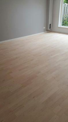 Maple parketvloer afgewerkt met lak door onderhoud van parket.